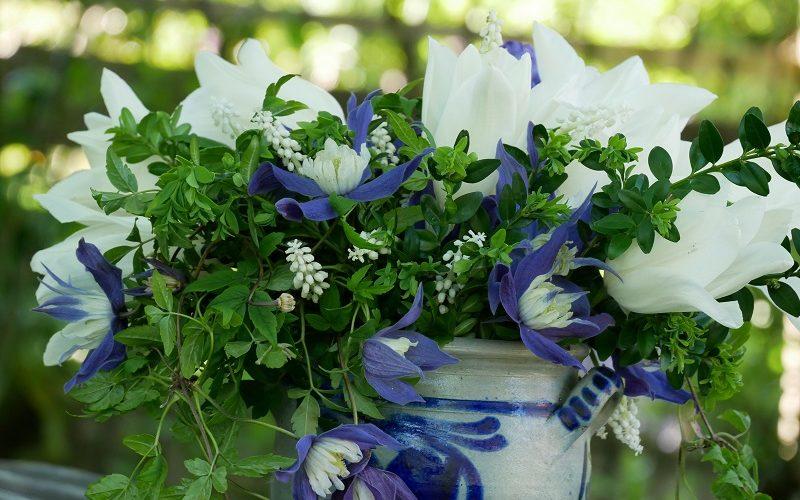 Strauß mit Clematis alpina Frances Rivis, Tulpe White Triumphator und weißen Muscari
