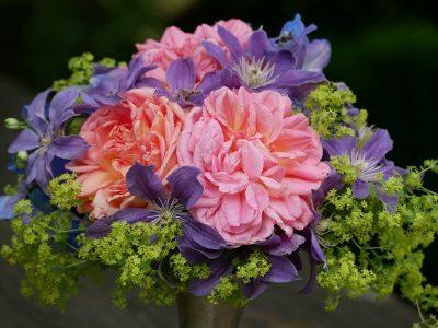Strauß mit Clematis Arabella und Rose Alchymist