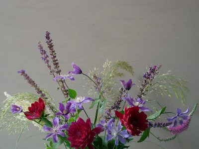 Strauß mit Clematis Arabella, Dahlie Arabian Nights, Calamagrostis Algäu