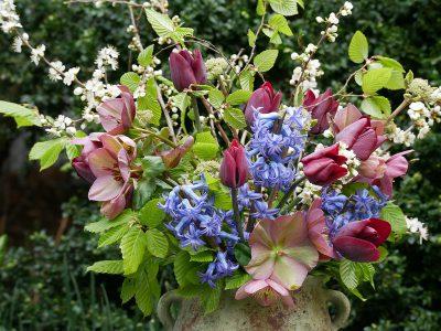 Strauß mit Lenzrosen, Hyacinthus Blue Festival und Schlehenblüten