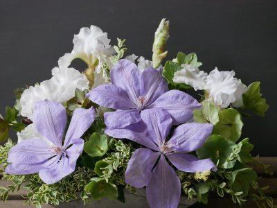 Strauß mit Clematis Mrs. Chomondeley, weißer Iris, Helleborus