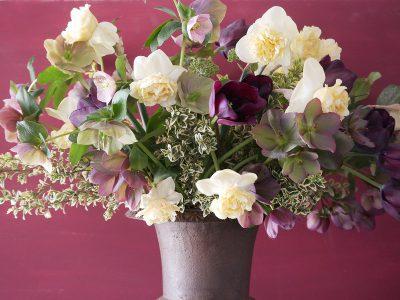 Strauß mit Helleborus, Narcissus Art Design und dunkelroten Tulpen
