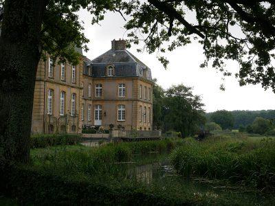 Château de Pange. Das Flüsschen Nied grenzt das Schloss von den umliegenden Wiesen und Wäldern ab