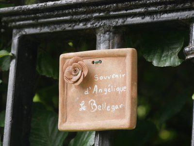Jardins d'Angélique Erinnerungstafel für Namensgeberin