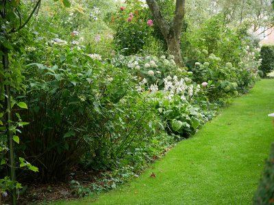 Les Jardins d'Angélique Rasenwege im romantischen Garten