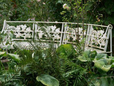 Eine der vielen Sitzgelegenheiten im romantischen Garten