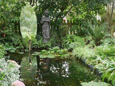 Wasserbecken mit Spiegel