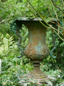 Dekorationen wie diese antike Urne sind stilvoll integriert.