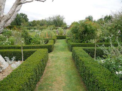 Der formale Garten mit dem zentralen Wasserbecken