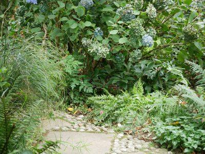 Gepflasterter Weg mit Naturstein und Flusskieseln