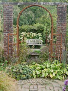 Übergang vom Rosengarten in den Kräutergarten