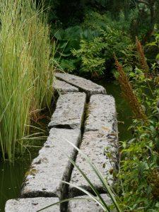 Trittsteine führen über das große Wasserbecken