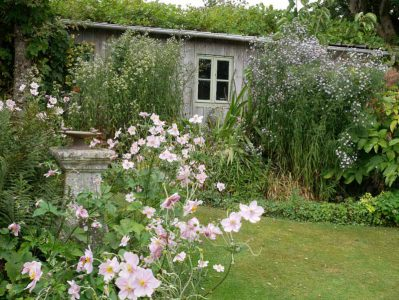 Staudenbeet im englischen Gartenteil