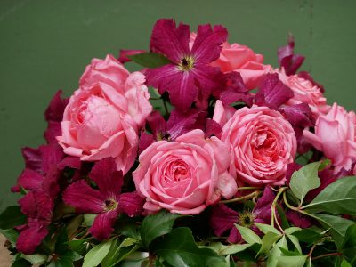 Strauß mit Clematis Rubra und Rose de Molinard