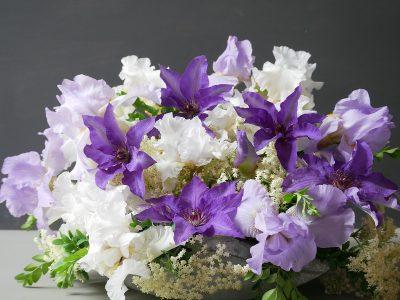 Clematis The President mit Iris und Holunderblüten