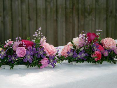Gesteck mit Clematis Arabella mit Rosen, Sanguisorba Pink Brushes und Thalictrum Hewitt's Double