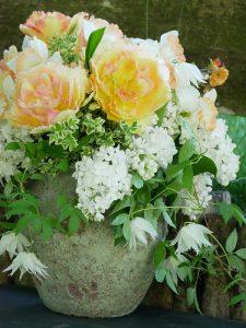 Strauß mit Clematis Albina Plena mit weißem Flieder, Tulpe Vaya con Dios und Narzisse Pink Charm