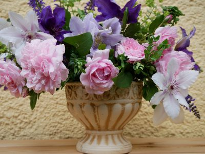 Strauß mit Clematis Countess of Wessex, The President, Esme und Rose Sweet Laguna