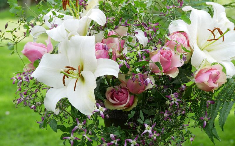 Strauß mit Lilie Ubinas, Clematis flammula Rubromarginata und Rosen